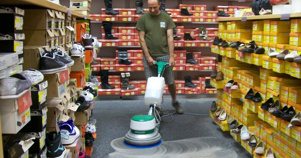 Strojové čištění koberce v prodejně Brno